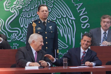 Chuayffet y Peña durante la firma de los convenios para implementar la reforma educativa. Foto: Miguel Dimayuga
