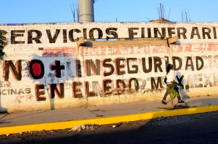 Pintan bardas en el Edomex en contra de la delincuencia. Foto: David Deolarte