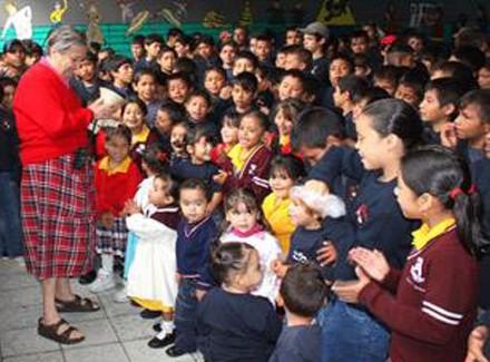 Rosa del Carmen Verduzco con los menores en el albergue. Foto: Mi Zamora