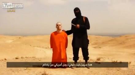 Una captura de pantalla del video donde supuestamente aparece el reportero James Foley. Foto: Tomada de LiveLeak