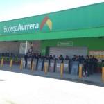 Policías estatales resguardan una tienda Bodega Aurrerá luego de la irrupción de estudiantes de la Normal de Ayotzinapa. Foto: Germán Canseco.