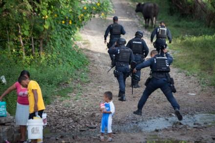 Policías federales bloquean acceso a fosas clandestinas de Iguala. Foto: Octavio Gómez