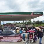 Magisterio oaxaqueño toma gasolinerías por caso Ayotzinapa. Foto: Ezequiel Leyva