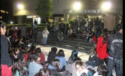 Familiares de los detenidos afuera de la PGR. Foto: @AnonymousMex_