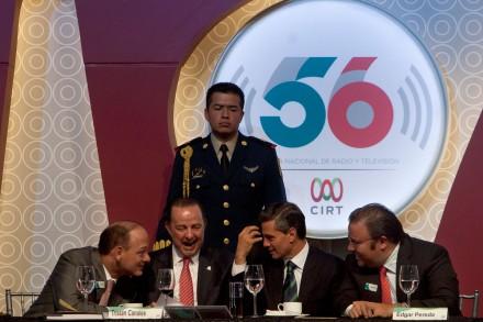 El presidente Enrique Peña Nieto y los ejecutivos de los medios electrónicos. Foto: Miguel Dimayuga