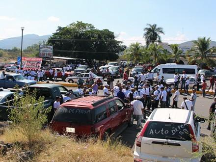 Bloqueo de autodefensas en Apatzingán. Foto: Especial