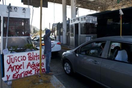 Integrantes del Frente Único de Normales Públicas del Estado de Guerrero realizaron un boteo en la caseta de cobro de Palo Blanco, de la autopista Del Sol México-Acapulco. Foto: Germán Canseco