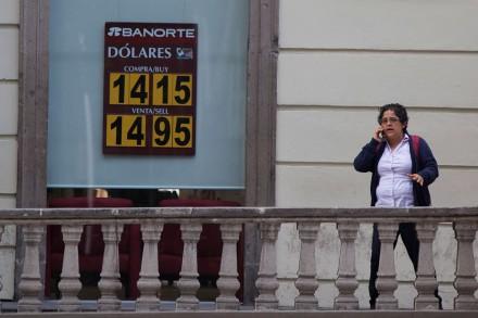 El precio del dólar en una sucursal de Banorte. Foto: Octavio Gómez