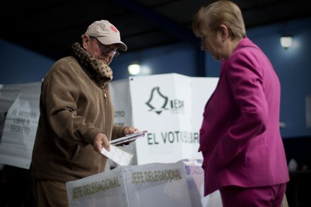 Un hombre emite su voto en una casilla instalada en la Ciudad d
