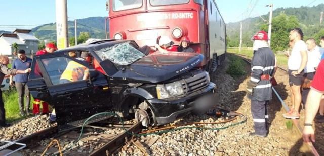 Mașină spulberată de tren, vineri seara: o victimă