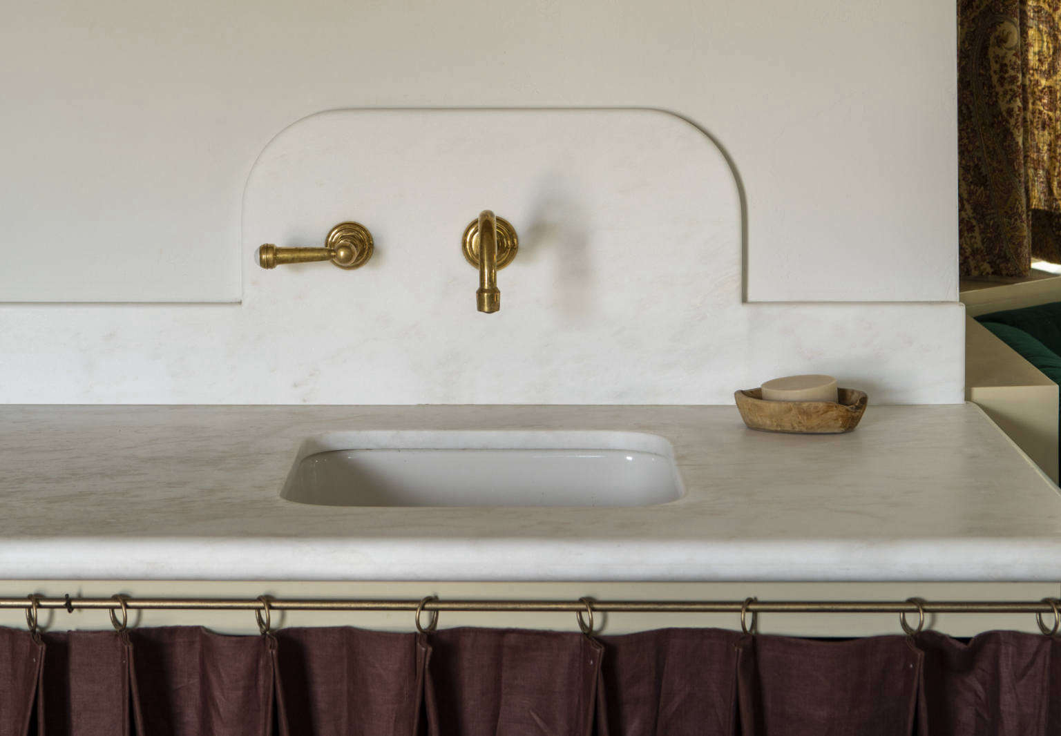curved backsplashes in the kitchen and bath