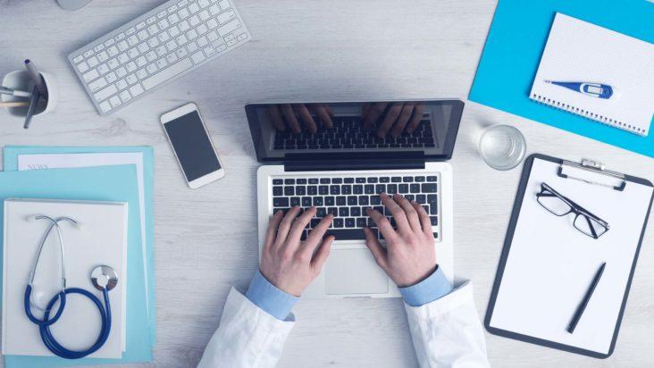 Läkare med dator.