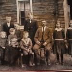 Familjen Blomkvist i Åminne - Guns mormor och morfar - Amanda Josefina Isaksson från Nedertorneå 1876-1948 och Karl Sven från Råneå 1873-1937 med 8 av de 10 barnen.