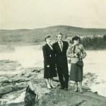 Sven Edman f 1931 Rödingsträsk, här vid Storforsen med Adele B t v och en okänd person t h.