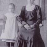 Frida Granström 1902-2000 t v och storasyster Alida Granström 1890-1974, Rödingsträsk.