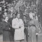 Midsommar i Sikfors, fr v Gun Hedström 1934-2011, Ture Wikström 1924-2002, Herbert Hedström 1926-2013 i ljus trenchcoat, Stig Andersson f 1934 i Österby och Kerstin Hedström 1934-2008.