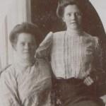 T v Emma Rutström 1886-1944 gift m Gustaf Wärja, Holmträsk, okänd väninna t h.