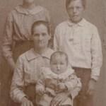 Hilda Lindsström svärmor, Eva Rutström 1876-1959 gift m Isak Isaksson Lindström från Rörtjärn med sonen Nore 1915-2003 i knät, bakom t v Anny 1901-1984 och Frits 1904-1984.