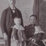 """Familjen Fältman; soldat och torpare Karl Johan 1868-1948 från Sjulnäs med hustru Vilhelmina """"Mina"""" Larsdotter 1874-1947 (dotter till Nygårds-Lasse) och barnen Hjalmar 1905-24 och Disa 1906-94, gift med Ernst Lundgren i Vidsel. Familjen flyttade från Rödingsträsk till Södra Harads."""