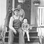 Disa Mattson 1906-1994 med sin man Ernst Lundgren 1898-1979 vid sitt hus i Vidsel. Okänt barn bredvid Ernst.