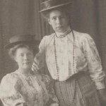 Sittande Anna Larsson f Blomberg 1892-1979 , gift med Edvard Larsson, med okänd väninna.