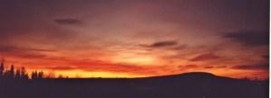 Solen går ner bakom bergen.