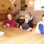 Sture Larsson t v, hustru Siv och barnbarnet Tobias Enlund. I bakgrunden Hans-Olof och Disa Lundgren.