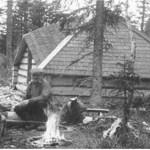 Kåtan vid Porsnäsmyren 1949. Kåtan byggdes 1946, samma modifierade typ som som Slättbergskåtan. Uppförandet bekostat med 250 kronor ur lappfonden, virket taget kostnadsfritt ur skogen. Kåtan riven och bortforslad. Från vänster på bilden syns Runo Johansson Lette, Sivert Mattsson och Abel Mikaelsson. Foto Ernst Manker, Nordiska Museet