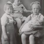 Fyra av Albert Nilssons och Helgas f Nyman sex barn; fr v Gudrun 1933-2010, Arild 1934-1981, Eivor f 1931 med lillebror Adils f 1938 i knät.