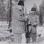 Abel Mikaelsson och Axel Stokke från Udtja på en renskiljning, Abel bjuder på en snus.