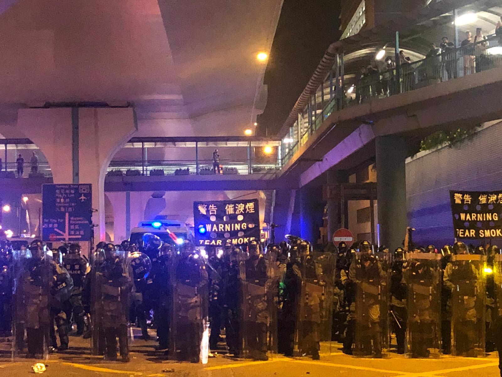 【721遊行】上環示威者衝擊警方防綫投擲硬物 警方發射催淚彈驅散