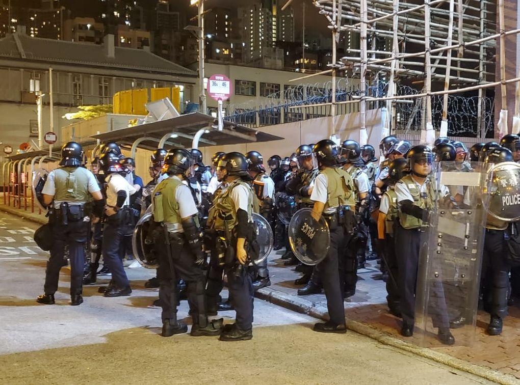 【逃犯條例】市民深水埗警署外燒衣 警兩度施放催淚彈
