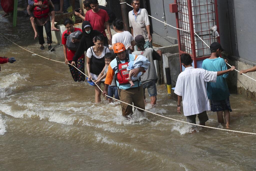 印尼耶加達水災增至21死 逾3萬人疏散