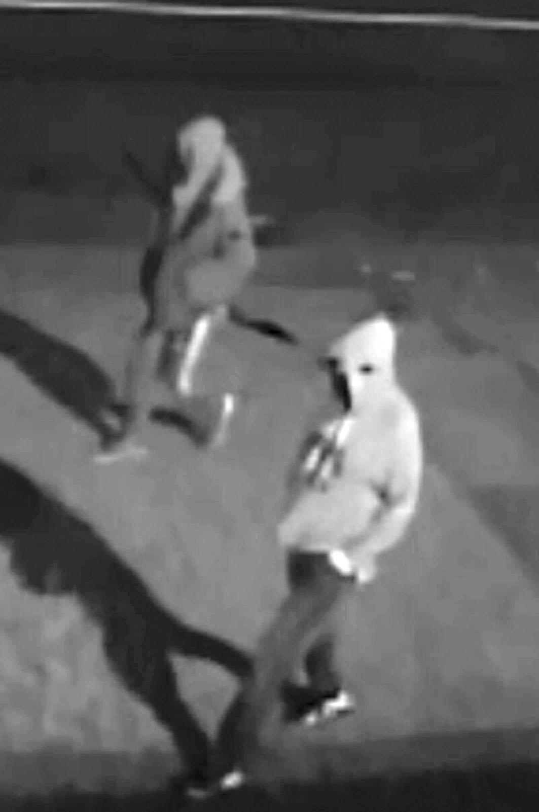夜闖報案中心縱火 多警發圖緝兩疑犯