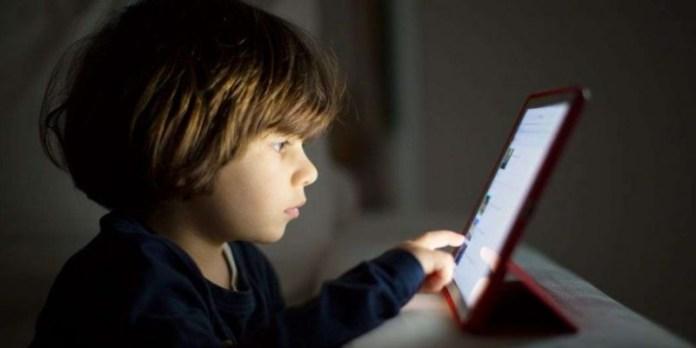 Les parents s'inquiètent pour les enfants et le temps passé devant l'écran