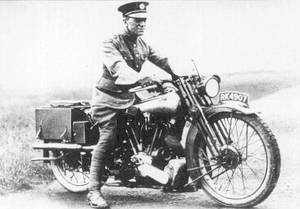 T.E. Lawrence älskade motorcyklar och ansågs rent allmänt som en skicklig förare. Hans olycka sägs ha inspirerat läkare att propagera för motorcykelhjälmen.