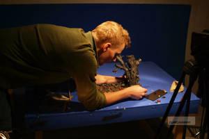 Erik Zaring iordningställer en scen för tagning.