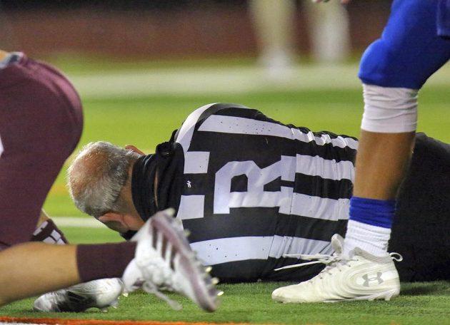 Schiedsrichter Fred Gracia landete im Krankenhaus, nachdem er während eines American-Football-Spiels von einem der Spieler angegriffen worden war.