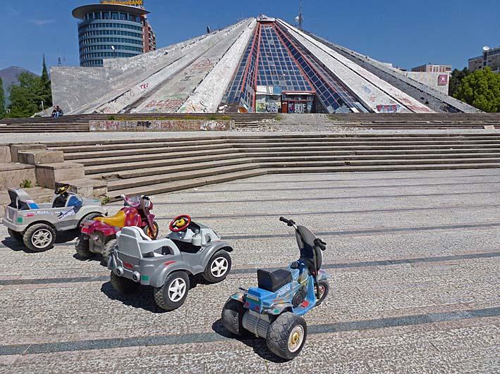 Pyramiden skulle bli Hoxas mausoleum. Tirana