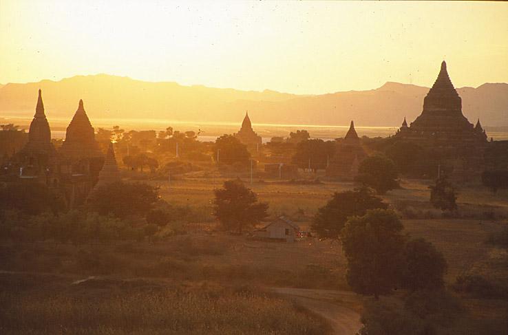 Morgon över pagoderna. Bagan