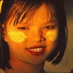 Flicka med tanakamålningar. Bagan