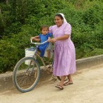 Kvinna med cykel. Aguacate