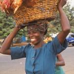 Kvinna med hönor. Accra