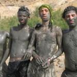 Lerinpackade turister. Döda Havet