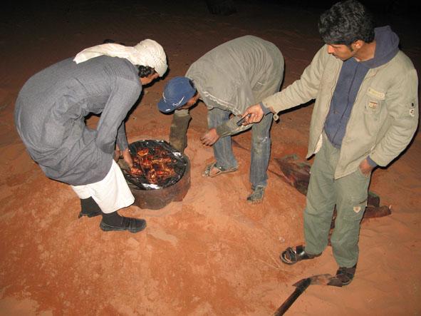 Middagen lagades under sanden