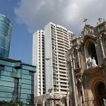 Höghus och kyrka. Panama City