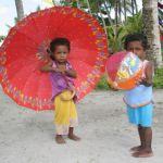 Flicka med paraply. Cendrawashi