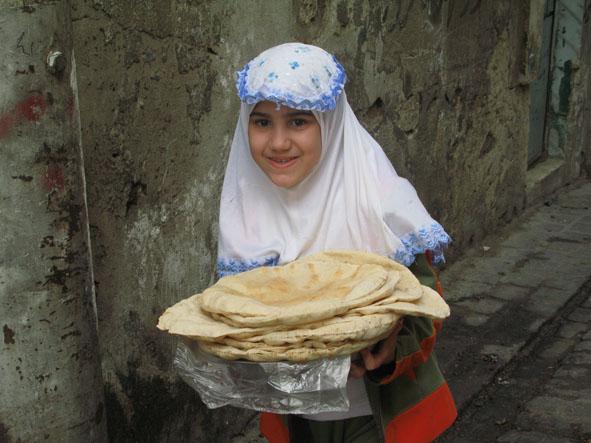 Flicka med bröd. Aleppo