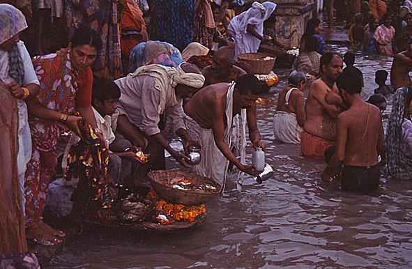 Kvällsritualer vid Ganges. Varanasi