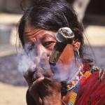Haschrökande kvinna. Humla Valley. Nepal